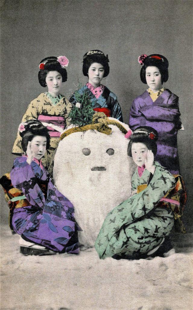 Yukidaruma / Snow Daruma with maiko, 1910