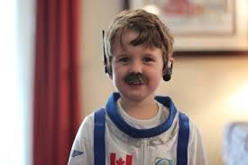 宇宙のギター弾きとして、時の人になったカナダ人宇宙飛行士のコスプレ。