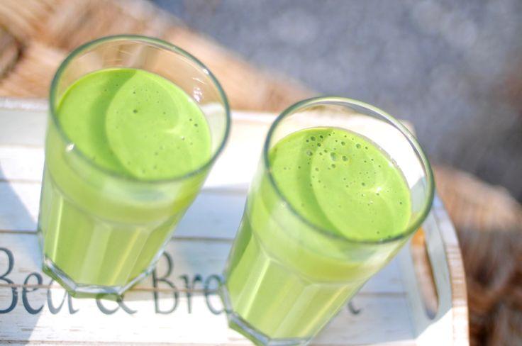 Groene smoothie: 150 gr spinazie, 2 (bevroren) bananen, 25 gr sesamzaadjes, 300 ml magere yoghurt