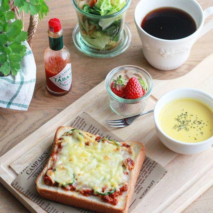 「・ ・ Today's breakfast ・ ・ 残り物ミートソースとピーマン、チーズを乗せてトースト. タバスコかけすぎて口がピリピリ… ・ ・ #あさごはん #朝ゴハン #朝ごはん #朝ごぱん #朝ゴパン #ピザトースト #おうちカフェ #おうちcafe #モーニング #手作りパン#暮らし…」