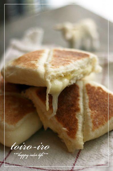 HBとフライパンを使って作るチーズナン!間にはさんだとろけるチーズがたまりません!一次発酵のみだし簡単で美味しいです〜!