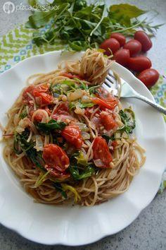 Pasta con tomate cherry y arúgula (rúcula) o espinaca, perfecta para una comida o cena romántica (además muy sencilla de preparar). www.pizcadesabor.com