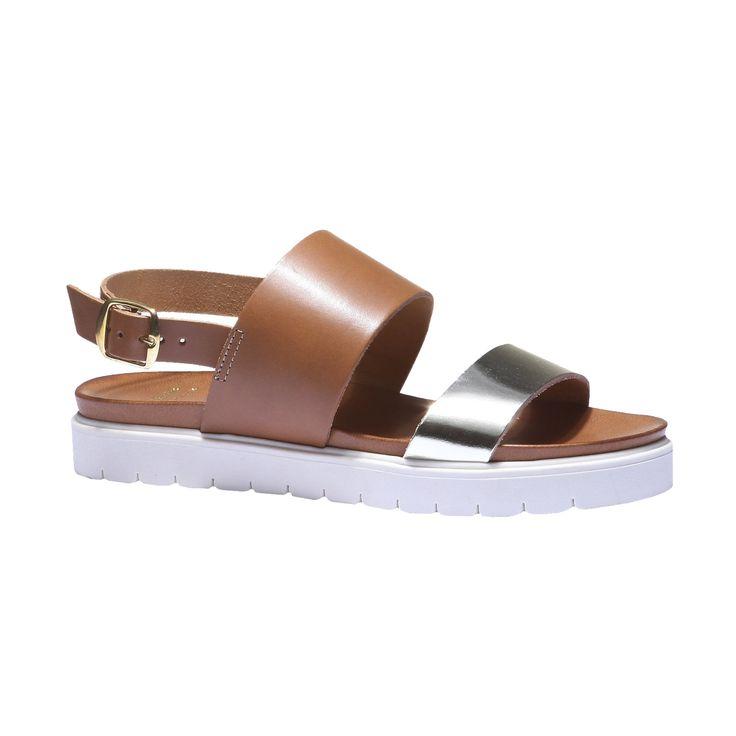 Kožené sandály v ležérním stylu. Střih s různě širokými pásky, zapínáním na přezku a na pohodlné široké podešvi. Noste je letním nedbale elegantním outfitům do města.