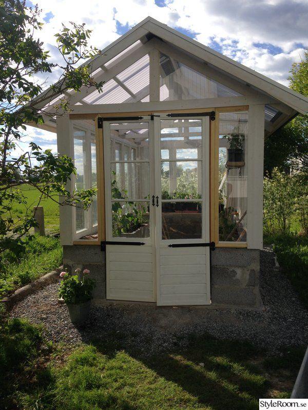 Nybyggt växthus av gamla fönster.