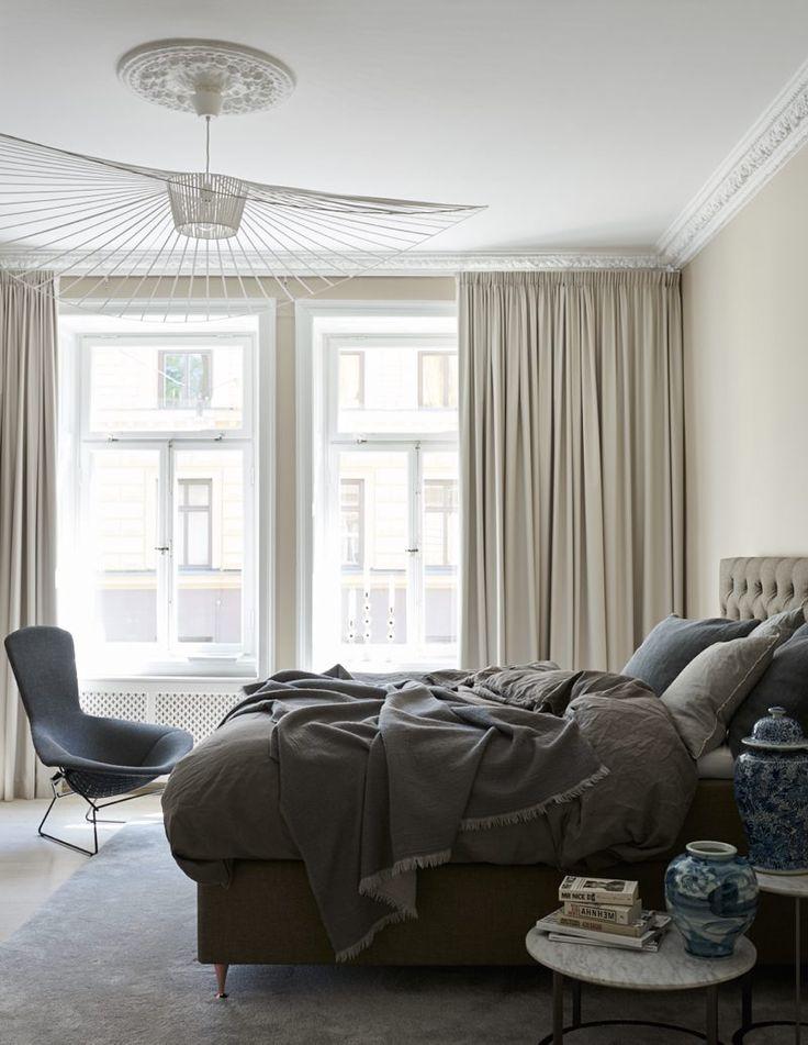 I sovrummet hänger en annan lampfavorit, Vertigo, designad av Constance Guisset för Petite friture. Sängen kommer från Carpe diem och fåtöljen Bird Chair av Harry Bertoia för Knoll/Nordiska Galleriet. Gardiner från Gardinmagasinet, Kinesiska krukor är från Annuza/Posh Living.
