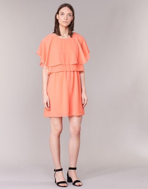 Impossible de priver une citadine d'une robe courte et plus particulièrement de celle-ci, imaginée par Vila. Laissez-vous séduire par sa couleur orange et sa composition en polyester. Une petite veste, des talons hauts et le tour est joué pour vous mettre en beauté !  - Couleur : Corail - Vêtements Femme 39,99 €