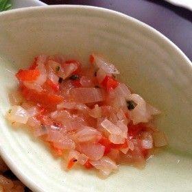 バリ有名店風★サンバル・マタ  日本で身近な調味料で バリ島を思い出しながら…♪ この味、この味‼  再現に成功です! ちるりーー    材料 玉ねぎ 1玉 赤パプリカ 1/4個 チキンブイヨン(鶏ガラスープの素) 1個(小さじ1) 塩 適宜 サラダ油 大さじ1.5 タイム(ハーブ) 少々   作り方 1 玉ねぎ、パプリカ、タイムはできるだけ細かくみじん切りにする。 2 フライパンに50ccの水をいれ、チキンブイヨンを溶かし、玉ねぎを入れる。 3 玉ねぎに透明感が出たら、パプリカ、タイムを入れ塩で味を整える。 4 お皿に入れて、サラダ油を入れて完成。 コツ・ポイント 本場のは、小さな赤玉ねぎ・赤唐辛子を使っているようですが、普通の玉ねぎ・パプリカで代用。 本場の調味料は、トゥラシ(エビの魚醤のようなもの)・椰子油を使っていますが⇒チキンブイヨン・サラダ油に。 レシピの生い立ち バリに行った時に、ナシチャンプルについていたサンバルが美味しくて、再現してみました。 レシピID:2230750