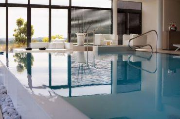 Pour un séjour en amoureux alliant luxe, plaisir gastronomique et détente absolue, optez pour l'éco-hôtel et Spa La Butte, situé à Plouider, dans le département du Finistère.