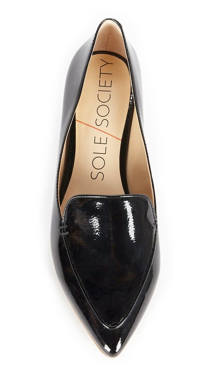 Timeless and polished black smoking slipper with a pointed toe