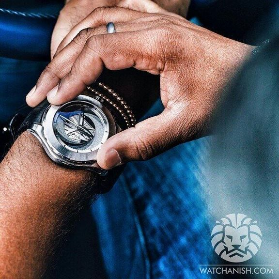 Really nic pic of watchanish, opening our diaphragm system by turning the bezel with his fingers !