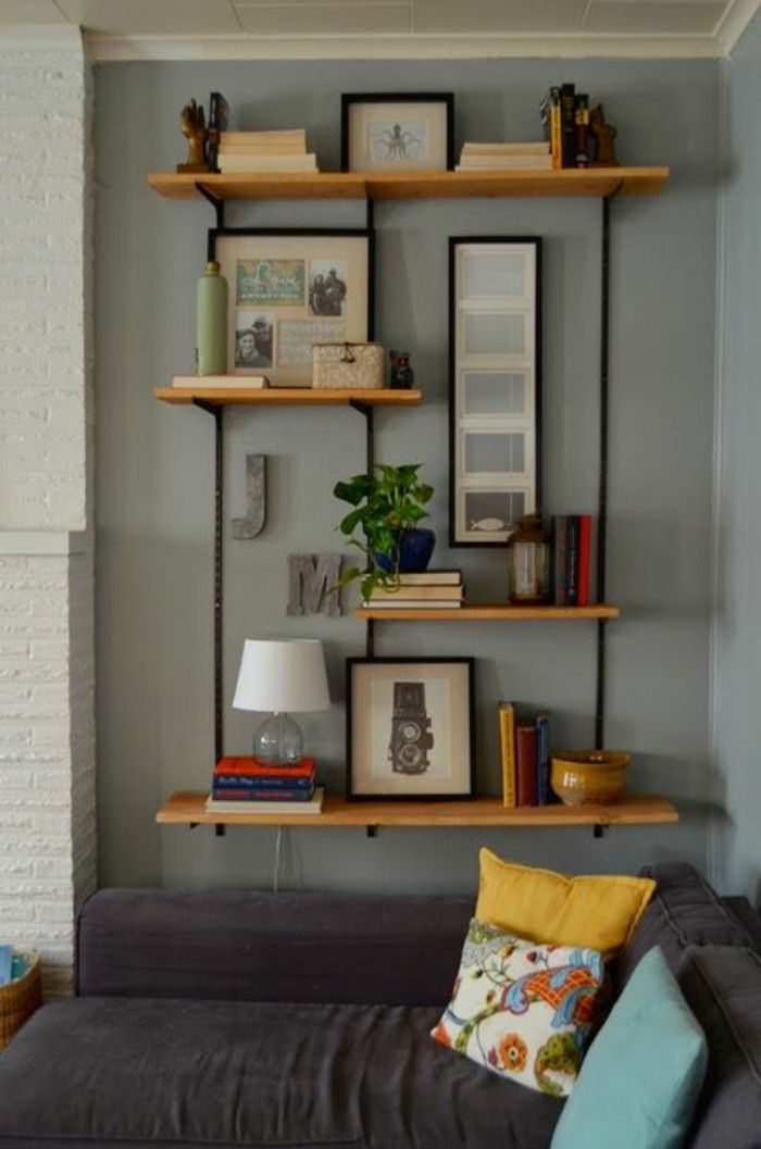 canap gris dans le salon murs gris dcoration murale tagre en bois en - Tablette Noir De Salon