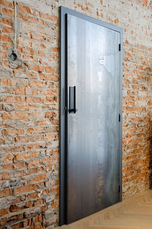 Voor een industriële look zijn de deuren bekleed met blauwstaal.