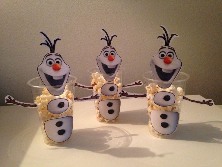 Traktatie voor peuter/kleuter! Deze traktatie maakte ik door van internet een afbeelding van Olaf in stukjes te knippen en vervolgens op transparante plastic bekertjes van de Hema te plakken. Popcorn erin en klaar is je Frozen sneeuwpop!