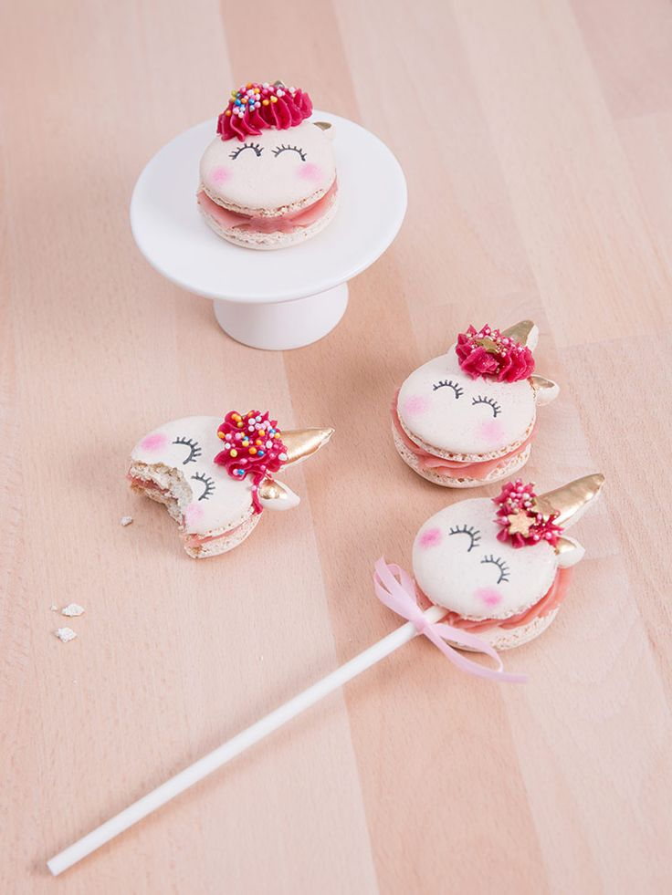 DIY-Anleitung: Einhorn-Macarons am Stiel backen, Essen für die Party / the best unicorn macarons ever: unicorn cake pops as party food via DaWanda.com