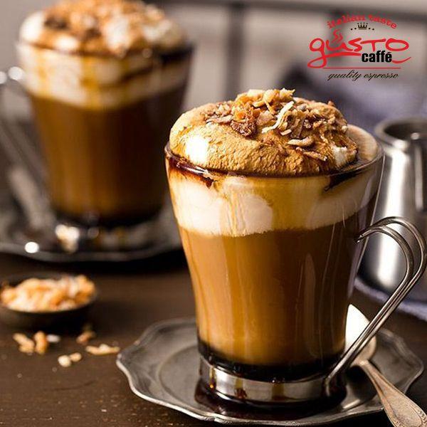 συστατικά  2 κ.σ. Desert σιρόπι σοκολάτας 1 κ .σ. σιρόπι καρύδας 2 φλιτζάνια ζεστό καφέ -14γρ αλεσμένου καφέ espresso Gusto 1/2 φλιτζάνι γαλα εβαπορέ ή γάλα καρύδας 1/2 φλιτζάνι ψημένα αμύγδαλα Σαντιγύ