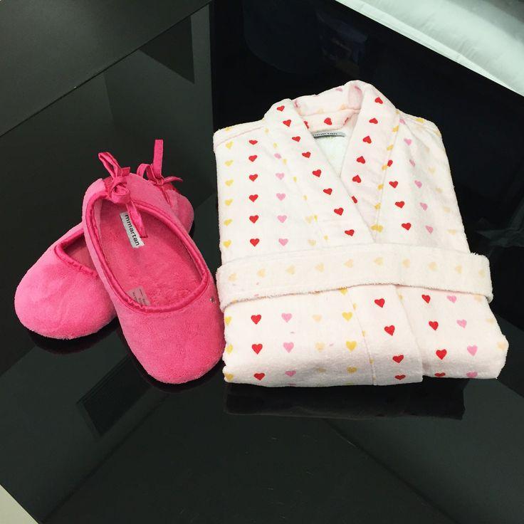 Quanta fofura! O enxoval do seu bebê fica completo com este kit banho da Mmartan do Shopping São José. O roupão branco com estampa de corações e a sapatilha rosa com laço de fita são um charme. O contato da loja é (41) 3058-0228.