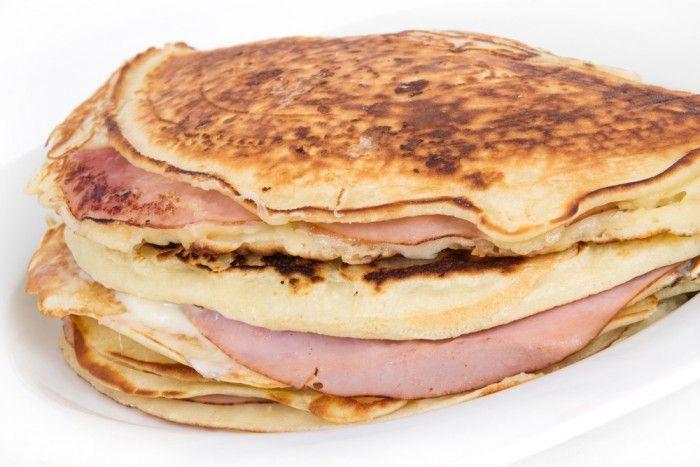 Keso-plättar med skinka och ost  keso recept fran online pt 4  Ingredienser:  200 g mini keso 2 ägg 1 msk fiberhusk En nypa salt   Vid tillagning:  10 g kokosolja   Fyllning:  30 g ost i skivor, 17% fett 30 g rökt skinka 60 g tomat i skivor 1 msk dijonsenap