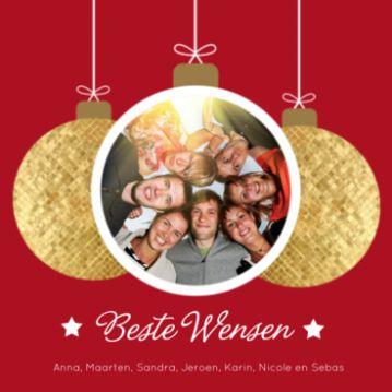 Kerstkaart met gouden kerstballen op rode achtergrond en in de middelste kerstbal kan je een leuke familie of vrienden foto plaatsen.