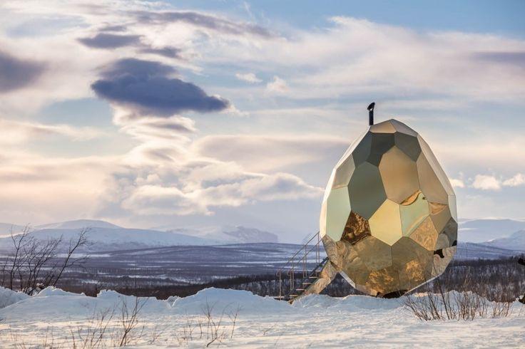 Les architectes Bigert & Bergstrom viennent de dévoiler leur Solar Egg, un sauna en forme d'oeuf qui peut accueillir jusqu'à huit personnes.  Située dans la ville la plus septentrionale de Suède, Kiruna, cette installation est composée d'un intérieur en bois de pin et de panneaux en acier doré pour l'extérieur. Cette oeuvre sculpturale amène à réfléchir à la symbolique de l'oeuf, synonyme de renaissance, d'incubateur physique ou d'idées. Cette structure se compose de 69 parties qui...
