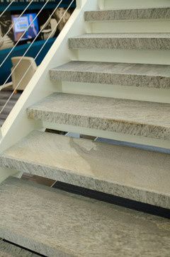 Von #Naturstein, z.B. Granit, gibt es zwei Typen; graugelbe und graublaue Variante. Beide sind hart, verwitterungs- und frostbeständig, verschleißfest, polierbar und widerstandsfähig gegen chemische sowie physikalische Einflüsse.  http://www.granit-treppen.eu/natursteintreppen-klassische-natursteintreppen
