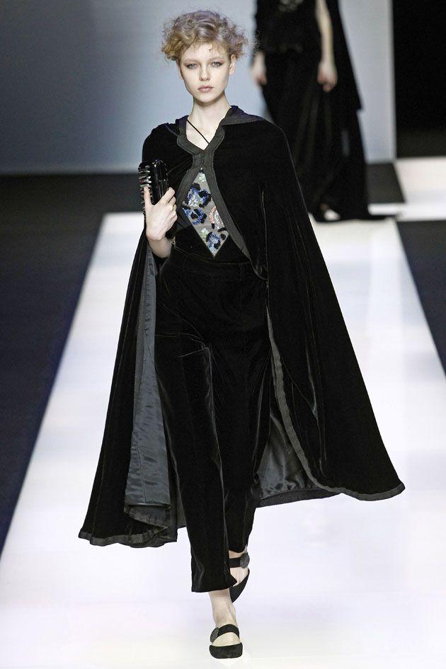A coleção de outono-inverno 2016/17 da Giorgio Armani leva o nome de Black Velvet (veludo preto) justamente por causa da frequência em que o material aparece na passarela!