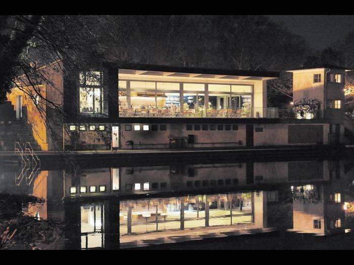 Café Wood - Das ehemalige Schwimmerheim - nun klare Linien, viel Glas: Schöner Terrassenblick über den Naturbadesee Großer Woog, der sich aus dem Flüsschen Darmbach speist, das ganz Darmstadt durchquert. Am Woog ist der perfekte Platz für Badegenuss! Woog / Beckstraße 44 / 64287 Darmstadt-Ost Woogsviertel Telefon +49 6151 429 45 43  http://woog.me Dienstag bis Freitag 8 bis 24 Uhr Samstag und Sonntag 9 bis 24 Uhr  keine Reservierungen