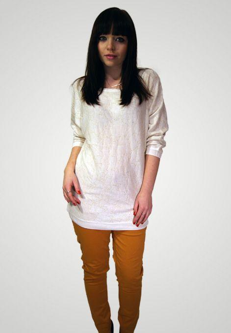 Bílý svetr se zlatým vzorem