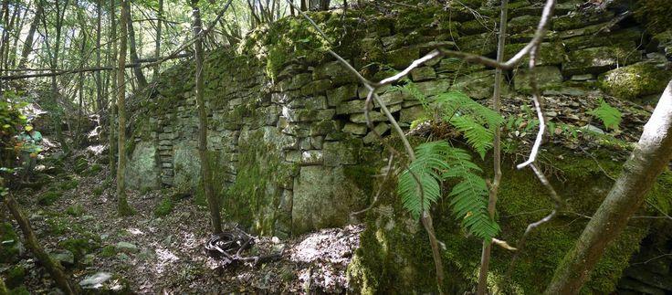 Gibt es eine gigantische Megalithanlage auf dem Sonnenstuhlberg bei Randersacker?  Wieder ein Monument das wir aufgrund eines Berichts auf megalith-pyramiden.de suchten und auch fanden. Wir waren total begeistert!  Ein kleiner Plan der Gräben/Hohlwege: 1. Hier ist der interessanteste Teil des Monuments der Eingang zu diesem Cairn befindet sich auch in diesem Hohlweg.  2. Wir vermuten dass hier einmal ein zentraler riesiger Cairn war der anscheinend mit schwerem Gerät ausgehoben wurde nach…