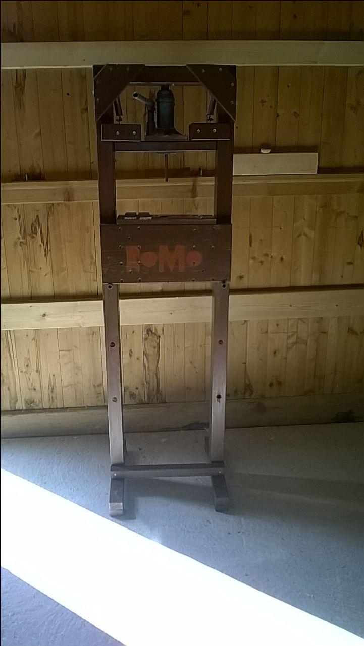 das ist meine selbstgebaute hydraulikpresse sie funktioniert sehr gut auf meinem youtube kanal. Black Bedroom Furniture Sets. Home Design Ideas