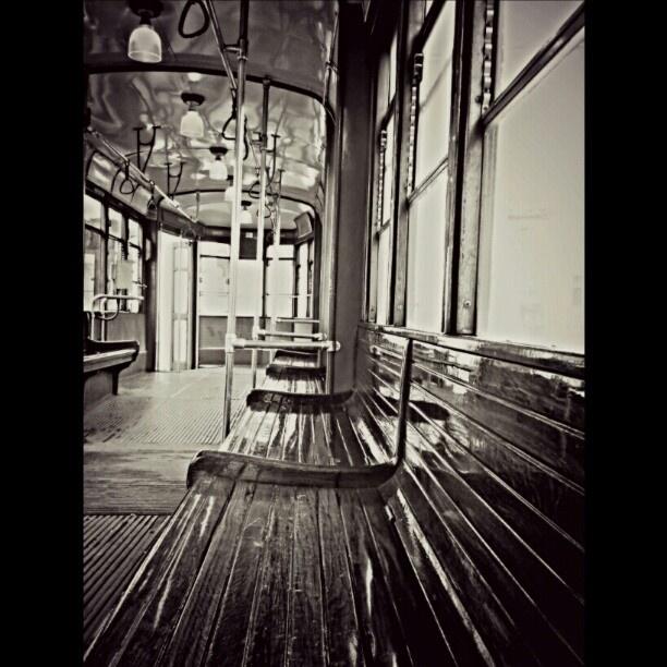 @giudi_giu's photo: Una delle cose che amo di Milano è il fascino retrò dei vecchi tram con sedili di legno e lampadari di vetro... #Tram #Milano