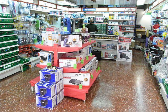 Este es el interior de la tienda electrónica. Adolescentes les gusta voy aquí para comprar teléfonos móviles.