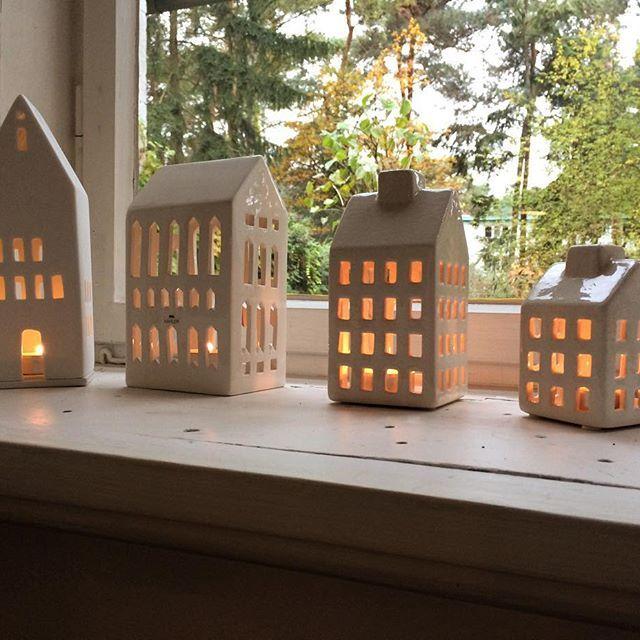 Meine kleine Lichterstadt hat Zuwachs bekommen. Bei Blume 2000 gibt's grad für kleines Geld Häuschen. Habt ein schönes Wochenende, Ihr Lieben. #nordliebe #zuhausebeinordliebe #lichthaus #leuchthaus #cozy #hygge #weihnachten #advent #weihnachtsdeko #räderdesign #kähler #blume2000 @blume2000.de @kahlerdesign