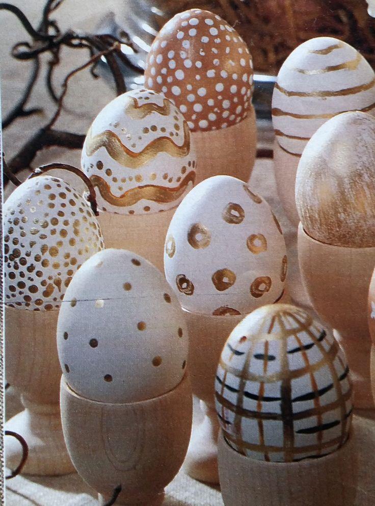 Paaseieren beschilderen met goudverf zag ik in de Margriet. Met goudverf en met een kwastje beschilder je de uitgeblazen eieren met stippen, streepjes,