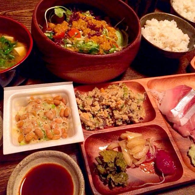 いつもいくスーパーでお刺身が半額だとつい買ってしまいます。 - 13件のもぐもぐ - お豆腐と自家製葱と油揚げのお味噌汁と生野菜の自家製ピエトロドレッシングがけと納豆と卯の花と蕗の薹の漬物とお手製らっきょうとお手製梅干しと大麦入りご飯と鰤とバチマグロの中トロと日本酒 by toki69