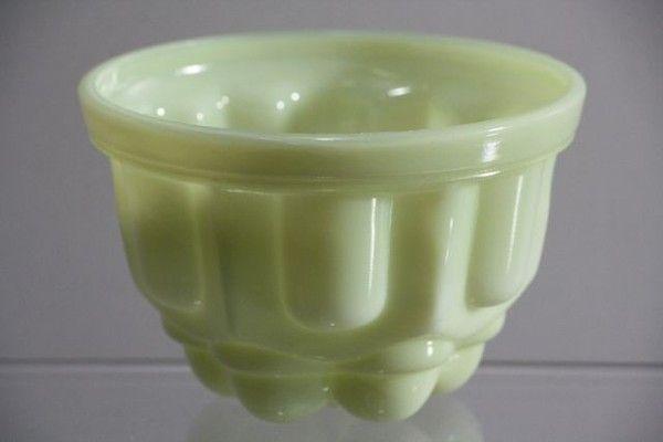 Colopal Puddingvorm Ontwerper: Andries Copier  Fabrikant: Glasfabriek Leerdam  Design: jaren 30 Materiaal: colopal Afmetingen: B 13 - D 13 - H 9    Voorraad: 1 Andries Copier - Colopal Puddingvorm 30