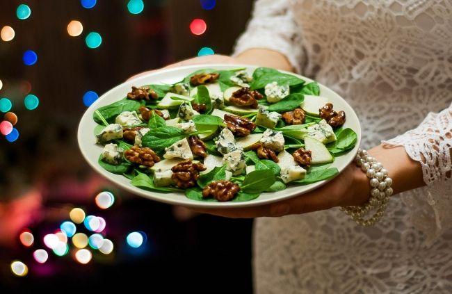 Новогодний пикантный салат с изюминкой