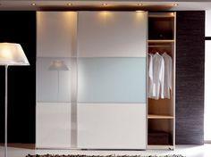 Armario de puertas correderas lacado en blanco y cristal blanco. Perfiles en aluminio. Ofrece acabados en Nogal, teka, wenue, gris ceniza, roble, haya,....lacado blanco, negro, gris antracita, vainilla, rojo ferrari, naranja, pistacho, arena, y más acabad