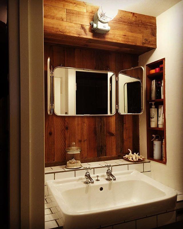 フィールドガレージ原邸の洗面化粧台。再利用の洗面ボールに外国製の水栓をつけています。ウッドパネルとヴィンテージのランプがアクセントに。 #リノベーション #リノベ #フィールドガレージ #インテリア #中目黒 #マンション #マンションリノベーション #ヴィンテージランプ #タイル #洗面所#洗面化粧台#ミラー#renovation #interior #living #dining #kitchen #window #tile #door
