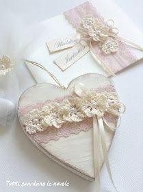 Shabby Chic wedding Favor, una bomboniera in legno in stile Shabby Chic decorata con pizzo e fiori a crochet. Partecipazioni Shabby Chic. Wedding Invitation.
