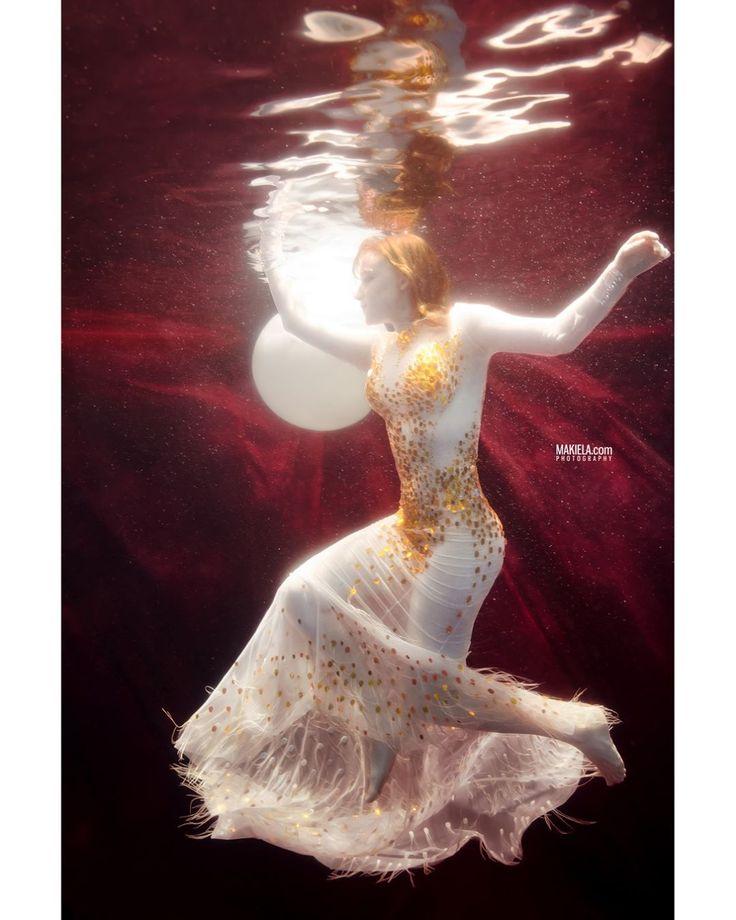 """Polubienia: 900, komentarze: 13 – Rafal Makiela Dubai (@dubai_photographer_makiela) na Instagramie: """"#underwater shoot model @aleksandra.wacyra_official dress from amazing designer…"""""""