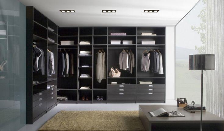 Begehbarer Kleiderschrank -selber-bauen-grau-schwarz-schlicht-ankleidezimmer-fenster-licht-schlicht-rechteckig