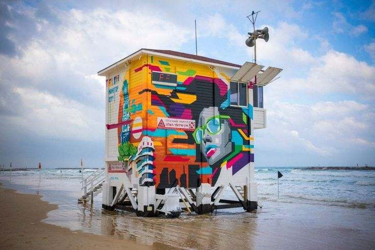 A praia de Frishman em Tel Aviv, Israel, acaba de receber uma luxuosa suíte de hotel à beira-mar. Isso mesmo, uma antiga torre salva-vidas foi remodelada e se converteu em uma exclusiva e confortável suíte com direito a decoração sofisticada, banheira, mordomo e uma vista privilegiada ao oceano.
