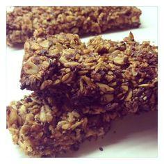 Mueslirepen maken met variaties! - 130 gram havervlokken - 60 gram gemengde, ongebrande, ongezouten noten en zaden (lijnzaad, zonnebloempitten, sesamzaad, chiazaad…) - 75 gram ontpitte dadels - 2 theelepels geraspte schil van een biologische citroen - 1 eetlepel kaneel - 70 gram honing - 2 eetlepels water - 2 eetlepels olie