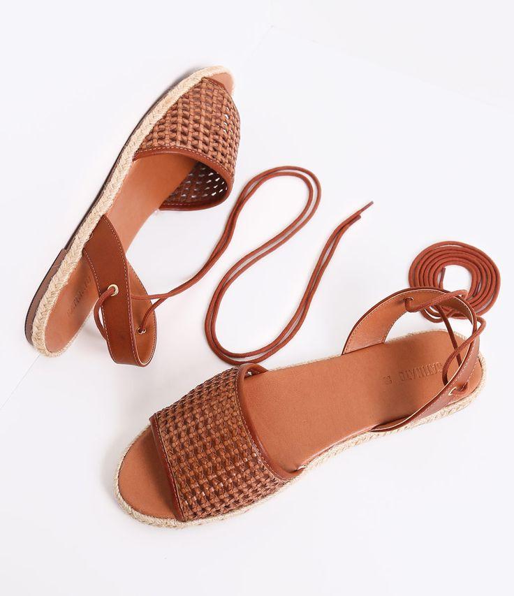 Sandália feminina     Material: sintético    Tressê    Marca: Bottero     Rasteira          COLEÇÃO VERÃO 2016          Veja outras opções de    sandálias femininas.            Sobre a marca Satinato     A Satinato possui uma coleção de sapatos, bolsas e acessórios cheios de tendências de moda. 90% dos seus produtos são em couro. A principal característica dos Sapatos Santinato são o conforto, moda e qualidade! Com diferentes opções e estilos de sapatos, bolsas e acessórios. A Satinato…