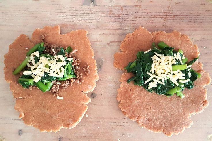 Tayerblad is de perfecte vervanger voor spinazie! Daarom gebruiken we de Surinaamse bladgroente in dit recept voor hartige taart met tayerblad en gehakt.