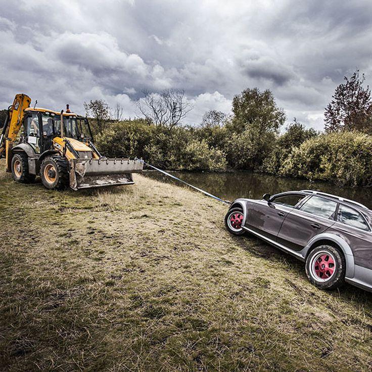 Трактор вытягивающий Audi A4 из болота.
