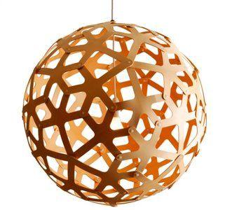 De vorm van de Coral lamp is gebaseerd op de structuur van een geometrische veelvlak.David Trubridge werd bij deze lamp geinspireerd door de vorm van koraal die hij tijdens het snorkelen zag. De fi...