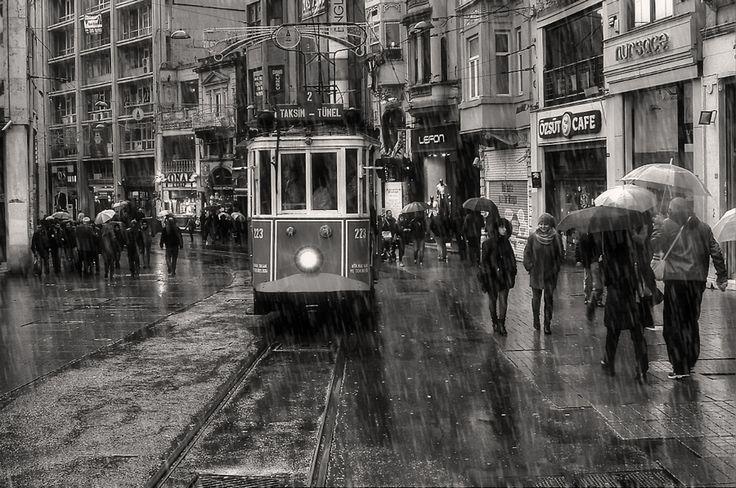#beyoğlu #city #istanbul #istiklal cad #nostalji #pera #sokak fotoğrafçılığı #türkiye #yağmur #yaşam #şemsiye ♥♥♥
