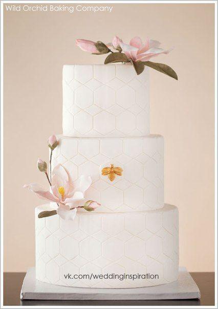 wpid C0mKNVnc8 Q Свадебные торты, украшенные как сахарными, так и живыми цветами...