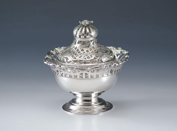 Pot-pourri. Zutphen, 1780, WC van Meurs. Un pot-pourri d'argent Louis XVI: de la cuvette ronde et lisse la partie supérieure est scié en bandes verticales, qui sont reliés avec des guirlandes gravées. Le sommet se compose de C-rouleaux et perles de rocaille. La base ronde et lisse est gravé avec des ovales. Le couvercle est finement coupé en demi-lunes, le travail du verre, des fleurs et des parchemins. Le dessus du couvercle est feuilles rondes et de sciage verticales et est surmonté d'une…
